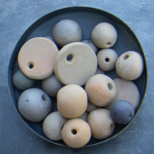 Photo : Beads and pendants made of fired clay