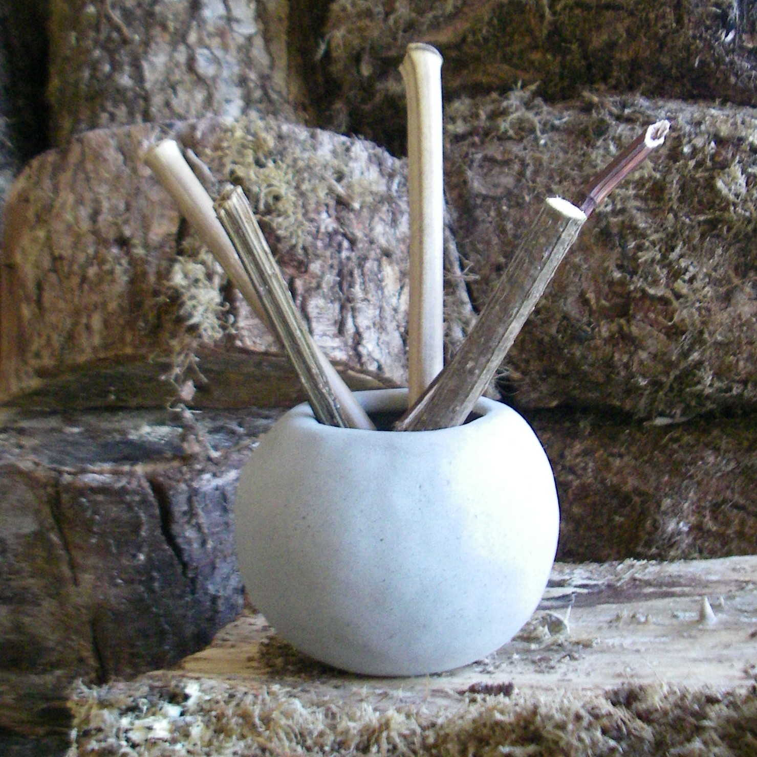 Photo : Raw clay pot for pencils